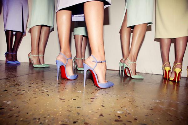 Взгляд на сексуальные туфли-лодочки с красной подошвой